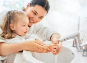 Reguli de igienă personală pentru copii de vârste mici