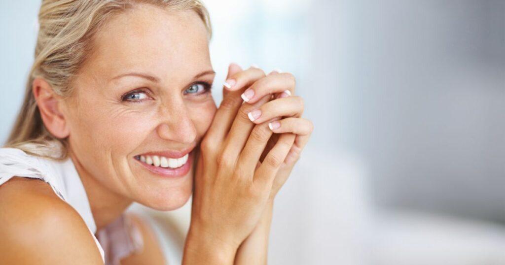4 moduri în care zâmbetul nostru se schimbă pe măsură ce îmbătrânim